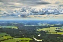 Vogelperspektive der böhmischen Südlandschaft mit Feldern, Wäldern und drastischem Himmel in der Tschechischen Republik Lizenzfreie Stockfotografie