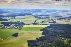 Vogelperspektive der böhmischen Südlandschaft mit Feldern, Wäldern und drastischem Himmel in der Tschechischen Republik Lizenzfreie Stockbilder