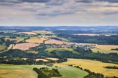 Vogelperspektive der böhmischen Südlandschaft mit Feldern, Wäldern und drastischem Himmel in der Tschechischen Republik Stockfotografie