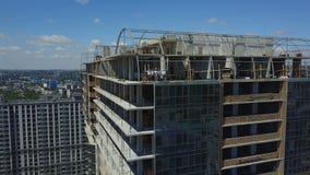 Vogelperspektive der Baustelle mit Team Of Builders On Roof, der Plan des Projektes bespricht stock video