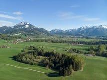 Vogelperspektive der bayerischen Landschaft mit Alpen im Hintergrund lizenzfreie stockfotografie