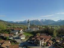 Vogelperspektive der bayerischen Landschaft mit Alpen und blauem Himmel stockfotos