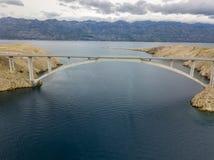 Vogelperspektive der Brücke der Insel von PAG, von Kroatien, von Straßen und von kroatischer Küste Klippe, die das Meer übersehen Lizenzfreie Stockfotografie