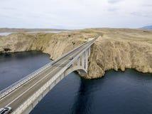 Vogelperspektive der Brücke der Insel von PAG, von Kroatien, von Straßen und von kroatischer Küste Klippe, die das Meer übersehen Lizenzfreies Stockfoto