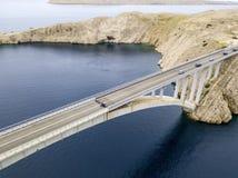 Vogelperspektive der Brücke der Insel von PAG, von Kroatien, von Straßen und von kroatischer Küste Klippe, die das Meer übersehen Stockbilder