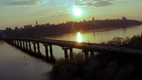 Vogelperspektive der Br?cke ?ber dem breiten Dnieper-Fluss in Kiew vor Sonnenuntergang im Fr?hjahr stock footage