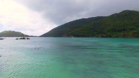 Vogelperspektive der Bucht im Indischen Ozean während bewölkten Wheather, Seychellen 1 stock footage