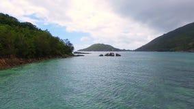 Vogelperspektive der Bucht im Indischen Ozean während bewölkten Wheather, Seychellen 2 stock video footage