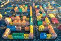 Vogelperspektive der bunten Gebäude in der europäischen Stadt bei Sonnenuntergang stockfotografie