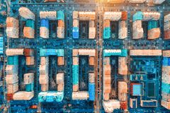 Vogelperspektive der bunten Geb?ude in der europ?ischen Stadt bei Sonnenuntergang stockbild