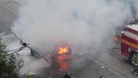 Vogelperspektive der chaotischen Aufstandszene mit Auto auf Feuer stock video footage