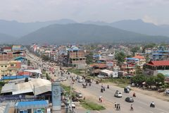 Vogelperspektive der chitwan Stadt Nepal Verkehrsreiche Stra?e der besch?ftigten Stadt dr?ngte ganz sich Besch?ftigter sonniger T lizenzfreie stockfotografie