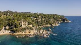 Vogelperspektive der Costa Brava-Küste nahe populärem beliebtem Erholungsort Lloret de Mar in Katalonien stockfotografie