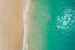 Vogelperspektive der dünnen Frauenschwimmens auf dem Schwimmenringdonut im transparenten Türkismeer in Seychellen Sommermeerblick stockfotografie