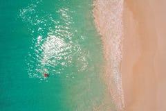 Vogelperspektive der d?nnen Frauenschwimmens auf dem Schwimmenringdonut im transparenten T?rkismeer in Seychellen Sommermeerblick stockbilder