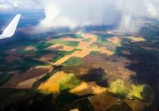 Vogelperspektive der Dorflandschaft nahe Paris Frankreich am sonnigen Tag stockbild