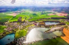 Vogelperspektive der Dorflandschaft nahe Paris Frankreich am sonnigen Tag stockfotos