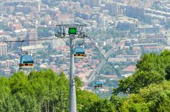 Vogelperspektive der Drahtseilbahn auf Vodno-Berg und Hintergrund von Hauptstadt Skopje stockfoto