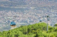 Vogelperspektive der Drahtseilbahn auf Vodno-Berg und Hintergrund von Hauptstadt Skopje stockfotografie