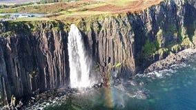 Vogelperspektive der drastischen Küstenlinie an den Klippen durch Staffin mit dem berühmten Kilt-Felsenwasserfall - Insel von Sky stock footage