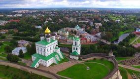 Vogelperspektive der Dreiheits-Kathedrale im Pskov der Kreml stock video footage