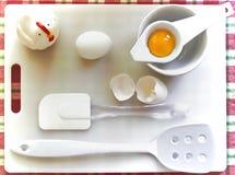Vogelperspektive der Eierschale, des Eigelbs und des Oberteils und der Kochgeräte lizenzfreies stockbild