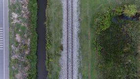 Vogelperspektive der Eisenbahnlinie im ländlichen Gebiet Stockfotografie