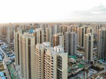 Vogelperspektive der enormen identischen Baustelle im Bau mit Turmkran lizenzfreies stockfoto