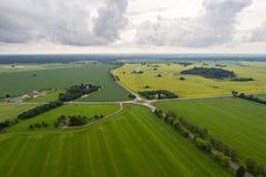 Vogelperspektive der erstaunlichen Sommerlandschaft Felder und Wiesen von oben Stockbilder