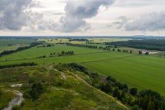 Vogelperspektive der erstaunlichen Sommerlandschaft Felder und Wiesen von oben Stockfotografie