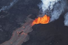 Vogelperspektive der Eruption des Vulkans Kilauea auf Hawaii lizenzfreie stockfotos