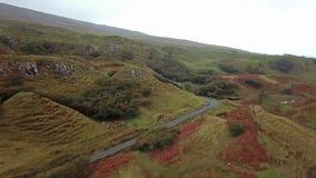 Vogelperspektive der feenhaften Schlucht durch Uig - Insel von Skye, Schottland stock video footage