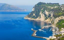 Vogelperspektive der felsigen Küste und der Marina Grandes, Capri-Insel, Italien stockfotografie