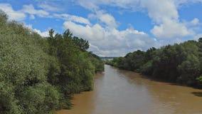 Vogelperspektive der Flut im Fluss wegen des starken Regens stock footage