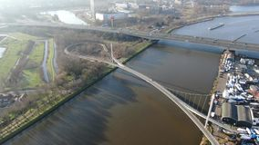 Vogelperspektive der Fußgänger- und Radfahrerbrücke über Kanal stock video footage