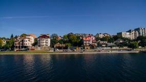 Vogelperspektive der grünen malerischen Stadt auf dem Ufer des Sees Ternopil ukraine stockfotografie