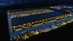 Vogelperspektive der Gruppenpaket-Verteilungsnabe Deutsche Posts DHL in Obertshausen, Deutschland an der Dämmerung stock footage