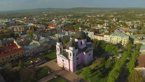 Vogelperspektive der Heilig-Geist-Kathedrale in Chernivtsi, Ukraine stock video