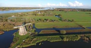 Vogelperspektive der historischen alten Windm?hle von Kinderdijk, die Niederlande stock footage