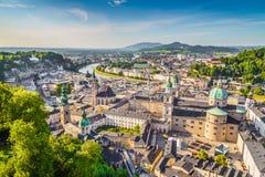 Vogelperspektive der historischen Stadt von Salzburg, Österreich lizenzfreie stockfotografie