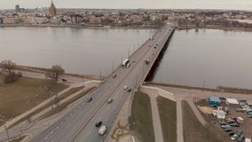 Vogelperspektive der Insel-Brücke in Riga - düsteres Wetter - Flug über Fluss Daugava mit den Wolken, die im Wasser sich reflekti stock footage