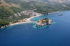 Vogelperspektive der Insel Sveti Stefan, Montenegro Lizenzfreie Stockfotos