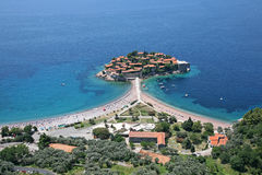 Vogelperspektive der Insel Sveti Stefan, Montenegro Stockbilder