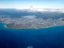 Vogelperspektive der Küste von Hawaii mit Bergen, Wolken und Ozean, Honolulu, stockbild
