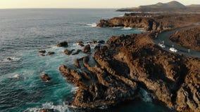 Vogelperspektive der Küstenlinie auf Lanzarote-Insel bei Sonnenuntergang stock footage