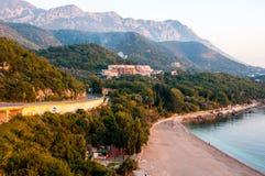Vogelperspektive der Küstenstadt, Budvanska Riviera, Montenegro Lizenzfreies Stockfoto
