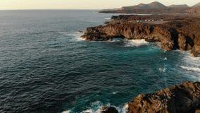 Vogelperspektive der K?stenlinie auf Lanzarote-Insel bei Sonnenuntergang stock video footage