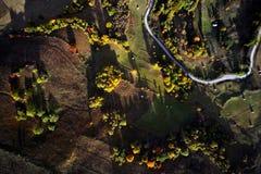 Vogelperspektive der Karpatengebirgslandschaft am Herbstmorgen Lizenzfreies Stockfoto