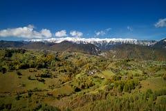 Vogelperspektive der Karpatengebirgslandschaft am Herbstmorgen Lizenzfreie Stockfotos