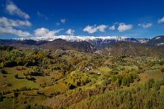 Vogelperspektive der Karpatengebirgslandschaft am Herbstmorgen Lizenzfreie Stockfotografie